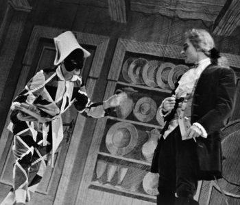 1. Vlevo Rudolf Leitner (Truffaldino) v představení Sluha dvou pánů, premiéra 20. 12. 1962