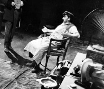 2. Miloslav Musil (Henry Higgins) a Josef Bárta (Popelář Doolitle) v představení Pygmalion, premiéra 13. 9. 1962