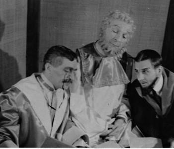 2. Zleva: Kamil Olšovský (President nebeského soudu), Rudolf Fleischer (Nebeský přísedící) a Vladimír Tomeš (Pekelný přísedící) v představení Nanebevstoupení Tonky Šibenice.