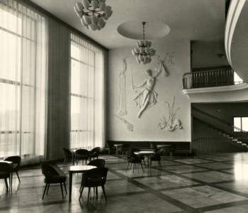 3. Foyer divadla – štukový reliéf múzy