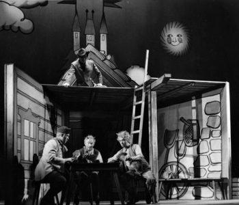 4. Zleva: Pavel Bártl (Martin Kabát), Mnislav Hofmann (Omnimor), Václav Hladík (Karborund), nahoře na stříšce Drahomír Ožana (Lucius) v představení Hrátky s čertem, premiéra 27. 9. 1962