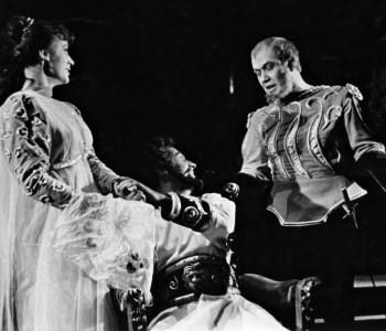 4. Hana Houbová (Desdemona), Miroslav Zounar (Othello) a Pavel Bártl (Jago) v představení Othello
