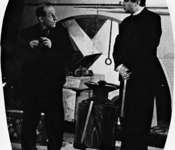 7. Zleva: Mnislav Hofmann (Alois Pyškytle, kostelník) a Rudolf Fleischer (PhDr. a ThDr. Ichthuriel, Ignác Loula) v představení Dalskabáty hříšná ves aneb Zapomenutý čert.