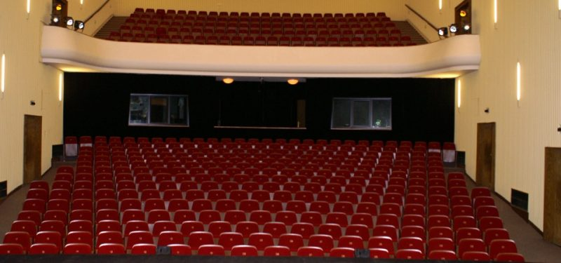 Divadlo zeje prázdnotou