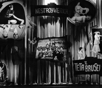 Scéna k představení Teta z Bruselu, premiéra 7. 9. 1961