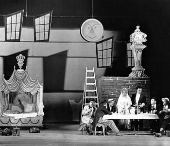 Zleva: Kamil Olšovský (Robert), František Pokorný (Jimmy), Dana Nejdlová (Polly), Miroslav Zounar (Macheat), Václav Hladík (Matěj) v představení Žebrácká opera, premiéra 11. 6. 1961 (druhý zprava neidentifikován)