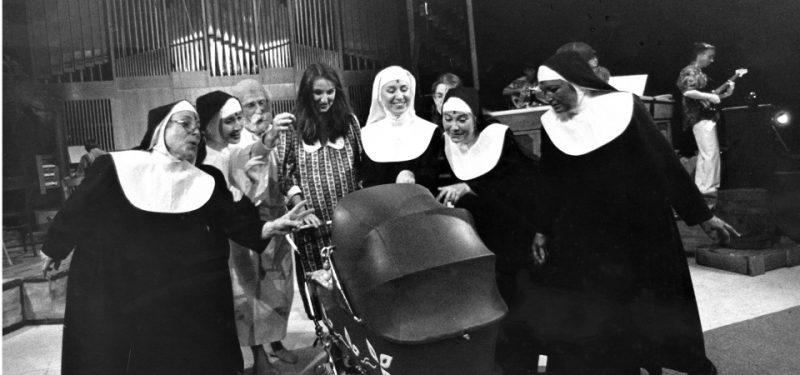 1998 - Divadlo poprvé uvádí muzikál