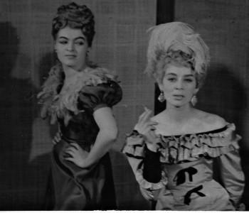 1. Vpravo Jaroslava Tichá (Tonka Šibenice) v představení Nanebevstoupení Tonky Šibenice, premiéra 25. 3. 1960.