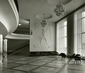 2. Foyer divadla – štukový reliéf kubizující stylizace postavy kováře