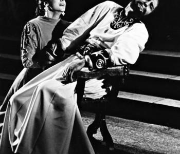 3. Miroslav Zounar (Othello) a Hana Houbová (Desdemona) v představení Othello, premiéra 11. 3. 1960.