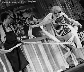 Zleva: Karel Sekera (Max), Jan Faltýnek (Leo) v představení Teta z Bruselu, premiéra 7. 9. 1961